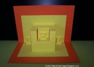 Foto de um cartão fractal construído por meio de dobradura e recorte.