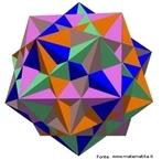 Há cinco maneiras de selecionar 8 vértices entre os 20 vértices do dodecaedro para formar um cubo (a imagem mostra os 5 cubos em cinco cores diferentes). As arestas dos cubos são as diagonais das faces do dodecaedro.