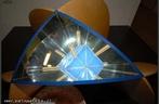 Imagem virtual de um cubo obtida a partir de um caleidosc�pio. Aqui pode-se ver em um caleidosc�pio os eixos de rota��o de ordem 2 do cubo que atravessamos os pontos m�dios de arestas opostas.