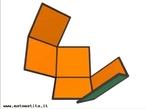 Imagem em que se pode observar uma etapa da montagem de um cubo a partir de uma de suas planificações. O destaque está na parte interna das faces do cubo.