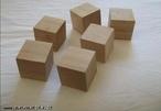 Imagem de seis cubos de madeira organizados de modo a permitir a observação do poliedro sob diferentes ângulos.