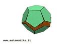 Imagem em que se pode observar uma etapa da montagem de um modelo de dodecaedro a partir da planificação de suas faces.