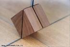 Dois espelhos em um �ngulo particular mostram os eixos de rota��o do cubo: aqui pode-se ver dois espelhos que formam um �ngulo de 90� entre si produzindo o eixo central de rota��o de ordem 2. Esse eixo passa pelos pontos m�dios de duas arestas opostas do cubo virtual.