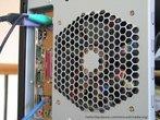 Imagem da parte de trás da CPU de um computador com aberturas para circulação de ar em forma hexagonal. Com esta imagem, o Professor pode trabalhar a relação entre elementos da Matemática e o cotidiano, bem como a possibilidade de se construir mosaicos com hexágonos regulares.