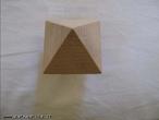 Fotografia de um octaedro em que o ângulo da imagem privilegia uma vista de topo do poliedro.