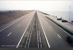 Retas paralelas que parecem encontrar-se, no dique de Afsluitdijk, na Holanda.