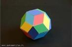 O triacontaedro r�mbico pode ser colorido com 5 cores de modo que, em torno dos v�rtices onde 5 faces se encontram, estas faces tenham cores diferentes. H� duas maneiras diferentes de se construir um paralelep�pedo de seis faces iguais aos losangos que s�o faces do triacontaedro, al�m de 10 maneiras de escolher 3 cores dentre as 6 dadas. Pode-se reconstruir o triacontaedro r�mbico (como se pode ver na figura) usando esses 20 paralelep�pedos, dispondo o paralelep�pedo de modo que as faces unidas tenham a mesma cor. Neste mesmo banco, pode-se ver tamb�m uma planifica��o desse s�lido.