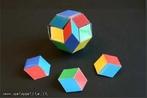 O triacontaedro rômbico pode ser colorido com 5 cores de modo que, em torno dos vértices onde 5 faces se encontram, estas faces tenham cores diferentes. Há duas maneiras diferentes de se construir um paralelepípedo de seis faces iguais aos losangos que são faces do triacontaedro, além de 10 maneiras de escolher 3 cores dentre as 6 dadas. Pode-se reconstruir o triacontaedro rômbico (como se pode ver na figura) usando esses 20 paralelepípedos, dispondo o paralelepípedo de modo que as faces unidas tenham a mesma cor. Neste mesmo banco, pode-se ver também uma planificação desse sólido.