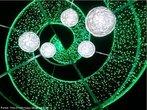 Um pinheiro de natal em forma de cone com ornamentação espiralada. Foto feita de baixo para cima, do interior do cone. Útil para mostrar a presença da geometria espacial em objetos do cotidiano.