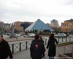 Com a imagem da pirâmide da Praça Zafer - Bursa - Turquia, o Professor pode mostrar a relação entre elementos da Matemática e do cotidiano.