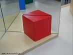 O cubo tem nove planos de simetria: seis, como na fotografia, que contêm duas arestas opostas e três paralelas a duas faces opostas.