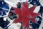Imagem virtual de um poliedro obtida a partir de um caleidoscópio. Aqui pode-se ver o grande dodecaedro estrelado, um dos quatro poliedros estrelados regulares, no caleidoscópio relativo ao grupo de simetria do dodecaedro.