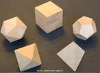 Foto dos cinco poliedros de Platão representados em madeira.