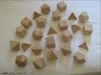 Imagem em que se pode ver os cinco poliedros de Platão, cada um deles em diversos ângulos possibilitando analise de diferentes vistas.