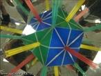 O canudo verde, colocado entre os espelhos que formam entre si um �ngulo de 90�, mostra os 6 eixos da rota��o de ordem 2 no cuboctaedro (as retas que passam por v�rtices opostos); o canudo vermelho, colocado entre os espelhos que formam entre si um �ngulo de 45�, mostra os 3 eixos de rota��o de ordem 4 (as retas passam pelos centros de duas faces quadradas opostas); o canudo amarelo, colocado entre os espelhos que formam entre si um �ngulo de 60�, mostra os 4 eixos de rota��o de ordem 3 (as retas que atravessam os centros de duas faces triangulares opostas).