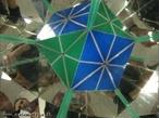 O canudo verde, colocado entre os espelhos que formam entre si um �ngulo de 90�, mostra os 6 eixos de rota��o de ordem 2 do octaedro (as retas que passam pelos pontos m�dios de duas arestas opostas).