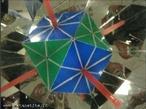 O canudo vermelho, colocado entre os espelhos que formam entre si um ângulo de 45°, mostra os 3 eixos de rotação de ordem 4 (as retas passam pelos centros de duas faces quadradas opostas).