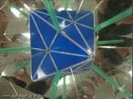 O canudo verde, colocado entre os espelhos que formam entre si um ângulo de 90°, mostra os 6 eixos de rotação de ordem 2 do octaedro (as retas que passam pelos pontos médios de duas arestas opostas).