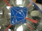 O canudo vermelho, colocado entre os espelhos que formam entre si um ângulo de 45°, mostra os 3 eixos de rotação de ordem 4 do octaedro (as retas que passam por vértices opostos).