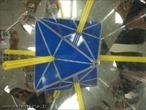 O canudo amarelo, colocado entre os espelhos que formam entre si um ângulo de 60°, mostra os 4 eixos de rotação de ordem 3 (as retas que atravessam os centros de duas faces triangulares opostas).