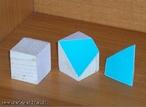Imagem de um cubo seccionado. As secão resulta em trapézios.
