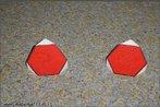Quando intersectamos um s�lido por um plano no espa�o, a figura comum ao s�lido e ao plano secante � denominada de se��o plana. Esta imagem apresenta a se��o hexagonal resultante da intersec��o de um plano no espa�o com um cubo. Com ela o Professor pode trabalhar axiomas como: dois pontos definem uma reta; tr�s pontos n�o colineares definem um plano; reta com dois pontos comuns num plano est� contida nesse plano; se dois planos distintos t�m um ponto comum a sua intersec��o � uma reta; axioma de Euclides: Por um ponto exterior a uma recta passa uma e uma paralela a essa reta; dois planos intersectam-se segundo uma reta; um plano intersecta planos paralelos segundo retas paralelas. E ainda pode trabalhar os teorema relativos ao paralelismo e perpendicularismo entre planos, bem como entre reta e plano no espa�o.