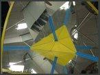 Imagem virtual de um tetraedro obtida a partir de um caleidoscópio. O canudo azul, colocado entre os espelhos que formam entre si um ângulo de 60°, mostra os 4 eixos de rotação de ordem 3 em um tetraedro regular (as retas que atravessam um vértice e o centro da face oposta).
