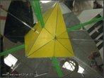 Imagem virtual de um tetraedro obtida a partir de um caleidoscópio. O canudo verde, colocado entre os dois espelhos que formam entre si um ângulo de 90°, mostra os 3 eixos de rotação de ordem 2 em um tetraedro regular (as retas que atravessam os pontos médios de duas arestas opostas).
