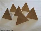 Imagem de seis tetraedros de madeira organizados de modo a permitir a observação do poliedro sob diferentes ângulos.
