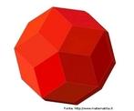 Um triacontaedro rômbico: as faces são losangos, todos iguais entre si, que se encontram nos vértices ou 3 a 3 ou então 5 a 5. É dual do poliedro uniforme (3,5,3,5). Existem também candeeiros que utilizam esta estrutura. Este é um modelo análogo.